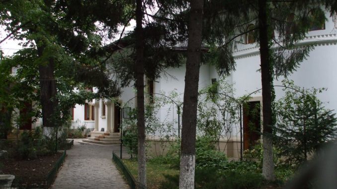 Inside DARVARI Hermitage Bucharest